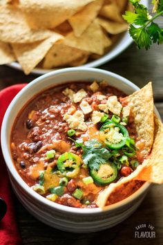 Tex-Mex Taco Soup: an easy stove top dinner that is quick to throw together. This simple recipe uses ground beef, beans, and tomatoes to make a comfort food soup that's perfect for weeknight meals. Garnish with corn tortilla chips, sour cream, and sliced Easy One Pot Meals, Easy Dinner Recipes, Soup Recipes, Mexican Food Recipes, Healthy Recipes, Ethnic Recipes, Taco Salat, Soup Appetizers, Hardboiled
