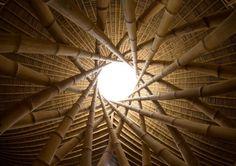 Escola Green School, construída por Elora Hardy, do escritório de arquitetura Ibuku, em Bali, na Indonésia. A matéria-prima principal é o bambu.  Fotografia: Reprodução / ibuku.com