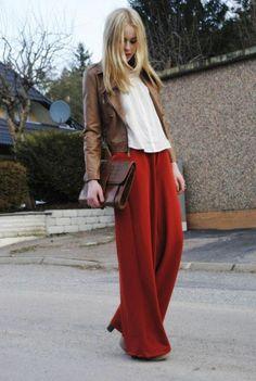 pantalon fluide rouge et veste en cuir marron
