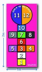 Gra w klasy - duża podłogowa mata edukacyjna 1 metr szerokości x 2 metry długości. Połącz zabawę z nauką liczb. Idealna pomoc do edukacji ruchowej. Do każdej maty edukacyjnej dołączona jest instrukcja opisująca zabawy.