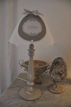 Lampe patinée à poser, abat-jour lin, broderie, monogramme brodé, shabby chic, noeud : Luminaires par lin-et-l-autre