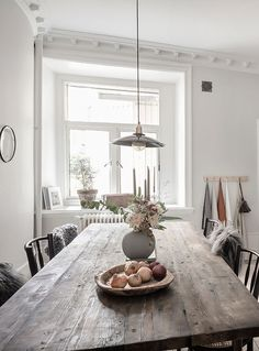 decoration sejour Light and elegant home Dining Room Design, Dining Area, Country Look, Hygge Home, Entrance Decor, Built In Cabinets, Scandinavian Home, Elegant Homes, Home Fashion