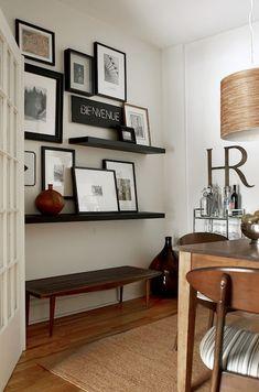 Maravilhosa a ideia de colocar quadros nas prateleiras sem furar as paredes. Uma graça!