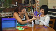 Natalia Pérez nos enseña como hacer una pecera de cartón con peces de papel y foamy.