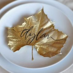 Calligraphy Crush-10 Fabulous Place Card Ideastaking a dry leaf and spray painting it gold.