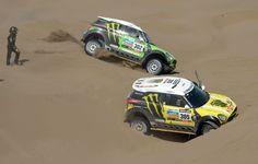 El piloto de Mini Cooper Nani Joan Roma de España mira su auto encajado en la arena, hoy, durante la sexta etapa del Dakar. (AFP)