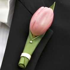 tulip boutonniere but in red?!!