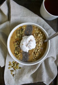 This Pumpkin Pie Smoothie Bowl is a feel-good bowl of nothing but pumpkin power. Perfect clean-eating breakfast for the fall with only 4 ingredients and no sugar added!