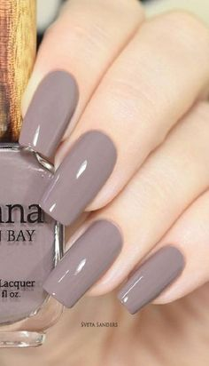 Gray nail varnishes have been very popular this winter. If the color fits nicely with your tan and nails, you do not have to… Gray nail varnishes have been very popular this winter. If the color fits nicely with your tan and nails, you do not have … Classy Nails, Stylish Nails, Simple Nails, Cute Acrylic Nails, Cute Nails, Pretty Nails, Ongles Beiges, Gray Nails, Gray Nail Polish