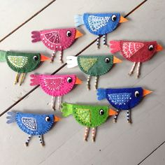 Adorable Felt Birds to Craft - would make lovely ornaments or gift package tie ons. Diy Arts And Crafts, Felt Crafts, Crafts To Make, Crafts For Kids, Sewing Crafts, Sewing Projects, Make Do And Mend, Felt Birds, Felt Brooch