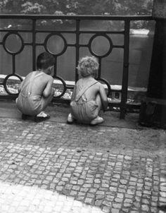 Děti (1304) • Praha, 1961 •   černobílá fotografie, děti, zábradlí, dlažba, Vltava, u mostu 1.máje  • black and white photograph, Prague 