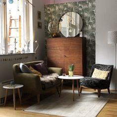 Wohnzimmerecke | SoLebIch.de  Foto: mztac  #solebich #wohnzimmer #ideen  #Möbel #Einrichten  #wandgestaltung #farben #holz #dekoration #Wohnideen #Einrichtung #interior #interiorideas #livingroom #tapete #palmen #grün #vintage
