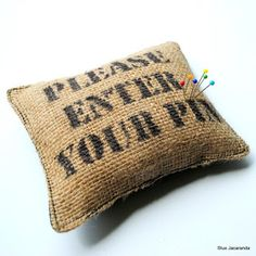 dalk 'n bietjie kant by. Burlap Coffee Bags, Hessian Bags, Coffee Sacks, Coffee Mugs With Logo, Burlap Crafts, Primitive Crafts, Crafty Projects, Quilt Making, Pin Cushions
