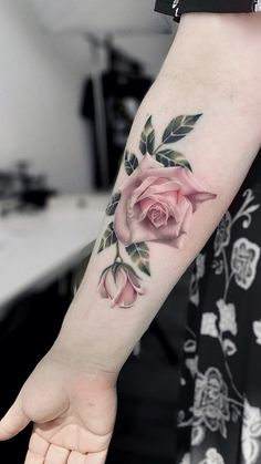 A coronary heart in your finger, a flower in your Hand Tattoos Frauen. Hand tattoos are the development. Beautiful Flower Tattoos, Pretty Tattoos, Cool Tattoos, Neue Tattoos, Body Art Tattoos, Hand Tattoos, Tatoos, Skull Tattoos, Finger Tattoos