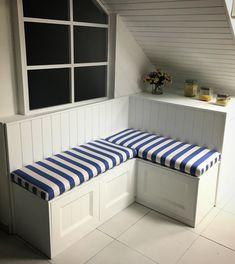 Banco de cocina a medida en nuestra exposición.  Lacado en blanco nieve seda, para el respaldo se ha usado un Friso clásico y para la parte baja muebles con cajones.  El asiento se ha hecho en tela rayada azul siguiendo las líneas del resto de la composición.
