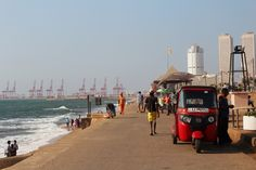 """Galle Face Green queda muy cerca del centro financiero de la ciudad, donde están las torres al fondo de esta foto. Conoce más en nuestro #artículo: """"Una Tarde Local en Colombo: Galle Face Green"""". #SriLanka #Colombo #Blog #TravelBlog #BlogDeViajes #SLinMyEyes"""