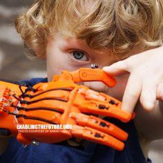 Nos hemos hecho eco de esta preciosa iniciativa, la ONG E-Nable fabrica prótesis de brazos creados con impresoras 3D para regalárselas a aquellos niños que las necesitan. Nos apasionan las historias de crecimiento social basadas en la innovación. Historias como la de esta ONG creada en Estados Unidos con el propósito de mejorar la vida de los …