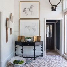 Midweek design inspiration courtesy of @rheacrenshaw - the brick pavers, mounted antlers, sculptural dark console against the white shiplap - it's rustic chic at its best!