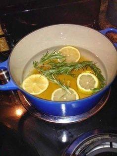 un limón en rodajas, 3 ramas de romero fresco y 1 a 3 cucharaditas de esencia de vainilla y una olla con agua. Ponlo a hervir y disfruta del exquisito aroma que deja en el hogar