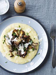 Cremet polenta med sprøde svampe er en nem hverdagsret med masser smag. Den bliver hurtigt din nye favorit-ret!