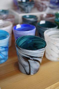 屋我平尋さんのガラス器 : 器と珈琲 Lien~りあん~ 柔らかな色合いのものが多く、 沖縄の空に浮かぶ雲のような、白い模様が、 上品な作品となっています。