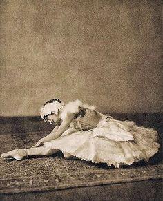 Anna Pavlova - 1905 - Swan Lake - Costume by Léon Bakst