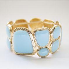 Bracelet de couleur or orné de gemmes turquoise. #bracelet #bijoux #jewels
