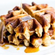 Who else loves a good waffle? They're my fave! And these Paleo Banana Bread Waffles with Maple Cinnamon Butter made with @ottos_cassava_flour are sooo yummy! Link in bio for the recipe, or find it at http://fithappyfree.com/banana-bread-waffles-cinnamon-butter/ . . . . #cassava #waffles #paleo #primal #glutenfree #paleorecipes #foodblogger #paleofood #glutenfreerecipes #huffposttaste #buzzfeast #foodgawker #foodphotos #foodblogfeed #feedfeed #forkfeed #paleoeating #cleaneating #healthyfoods…