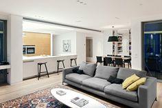 Sobriedade é a tônica desta moderna sala de estar em Tel Aviv, Israel. Não há adornos e acessórios que possam ser considerados supérfluos. Assim, os poucos móveis são responsáveis por dar cara - e charme - ao ambiente