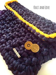 CÓMO PONER UN CIERRE MAGNÉTICO A UN BOLSO DE TRAPILLO Crochet Bag Tutorials, Crochet Videos, Crochet Yarn, Crochet Stitches, Crochet Patterns, Yarn Projects, Crochet Projects, Plastic Bag Crochet, Cotton Cord