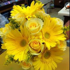 bridal party bouquets. YESSS! love the yellow/green combo.