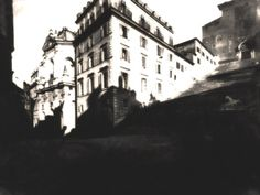 Il 4 Gennaio del 1886, per la costruzione del Vittoriano, ha inizio la demolizione degli edifici dell'Aracoeli: un intero quartiere medioevale, tra cui il Convento dell'Ara Coeli, la Torre di Papa Paolo III, il Viadotto di collegamento con Palazzetto Venezia, la casa di Michelangelo e quella di Giulio Romano, la bottega di Pietro da Cortona e il Palazzo Torlonia.