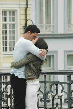 Josh Murray and Andi Dorfman Share a Passionate Kiss in Ghent in Episode 7