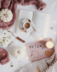 25 Cozy Autumn inspiration - A stylish and cozy home - Idea Wallpapers , iPhone Wallpapers,Color Schemes Flat Lay Photography, Autumn Photography, Book Photography, Flatlay Instagram, Estilo Blogger, Autumn Cozy, Autumn Fall, Autumn Feeling, Book Aesthetic