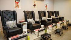 Комфортабельная зона для педикюра - с подушечками на креслах и журналами для чтения