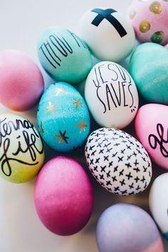 Huevitos de Pascua con frases y dibujos con plumones y Sharpies.