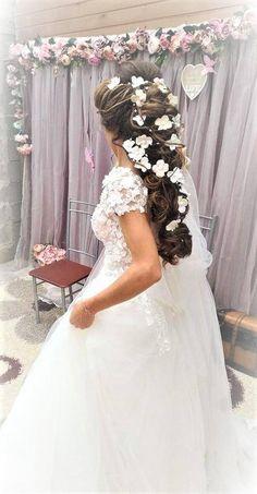Eine verspielte Blumen-Haar-Rebe, die in Ranken durch Ihre Kaskadierung locken hängt hat durch viele zukünftige Bräute bevorzugt. Floral Haar Weinstock mit Hortensienblüten, die durch das Textilmaterial, in weiß, transparent, blass rosa Farben, Elfenbein Perlen und Kristallen.