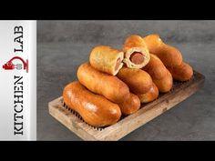 Πιροσκί με λουκάνικο από τον Άκη Πετρετζίκη. Φτιάξτε το κλασικό ρώσικο σνακ με λουκάνικο! Αφράτη και τραγανή ζύμη με λουκάνικα Φρανκφούρτης! Δοκιμάστε τα! Corn Dogs, Hot Dog Buns, Recipies, Cooking Recipes, Ethnic Recipes, Youtube, Greek, Pizza, Foods