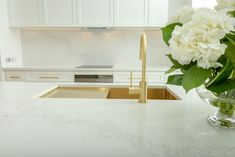 Caesarstone: Top Considerations For Designer Surfaces in The Kitchen - SA Decor & Design White Shaker Kitchen, Gold Kitchen, Kitchen Reno, Kitchen Ideas, Kitchen Board, Kitchen Inspiration, Stone Benchtop, Hamptons Kitchen, Single Bowl Sink