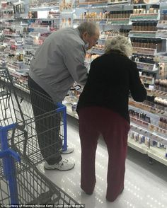 A photo of an elderly couple in the makeup aisle has grabbed the attention of social media users. Although the image is seemingly unremarkable at first glance, what the husband did next has everyone's attention. Couples Âgés, Vieux Couples, Elderly Couples, Elderly Man, Couples In Love, Love What Matters, Growing Old Together, Photo Images, Makeup To Buy