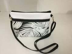 Sew a small leatherette shoulder bag Tuto Couture Madalena YouT Fall Handbags, Fashion Handbags, Sewing Online, Diy Bags Purses, Old Jeans, Designer Shoes, Crossbody Bag, Shoulder Bag, Youtube Youtube
