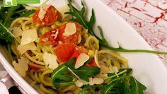 Einfaches Pasta Rezept mit würziger Avocadosauce auf Rucola & Kirschtomaten. Verfeinert mit ein paar Parmesan-Streifen einfach nur lecker!