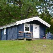 http://www.mariefredscamping.se/Bildgalleri/ Leuke hutjes, vage site, prijs van 3 soorten cabins goed