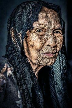 32 Photos of Old People That'll Make You Want to Take Care of Yourself - Wow Gallery Old Faces, Face Expressions, Amazing Pics, Interesting Faces, People Around The World, Old Women, Portrait Photography, Beautiful People, Photos