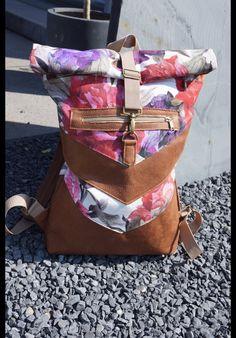 ****Stylischer Rolltop-Rucksack aus reiner Baumwolle und Lederimitat im Cognacton.**  Dieser Rucksack wird in Handarbeit gefertigt. Er steckt locker einen DIN A4 Ordner weg und macht sich dadurch...