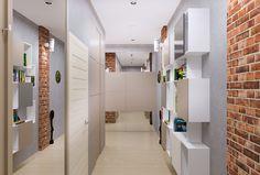 Wąski korytarz, przedpokój, meble do przedpokoju, urządzanie korytarza, aranżacją przedpokoju. Zobacz więcej na: https://www.homify.pl/katalogi-inspiracji/16275/jak-urzadzic-maly-i-waski-przedpokoj