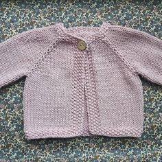 Dejlig blød sommercardigan i merino cotton, er færdig. Opskriften kan findes på luksuskrea.dk. #babystrik #cardigan #pigestrik #lyserød #strik #luksuskrea