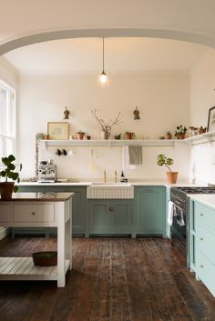 The Trinity Blue Shaker kitchen was finished with lots of lovely deVOL things - one of our big fluted Belfast sinks, aged brass taps and door furniture, and a couple of our simple Shaker shelves with hand-aged brass hanging rails. Devol Shaker Kitchen, Devol Kitchens, Home Kitchens, Small Kitchens, Kitchen Interior, New Kitchen, Kitchen Dining, Kitchen Decor, Decorating Kitchen