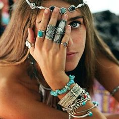 I LOVE this look. This is how I wear my Native American jewelry,Ni'zhoni style, so pretty.