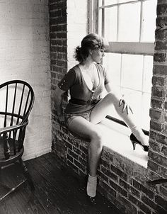 A landmark series of self-portraits by US photographer Cindy Sherman is going on show in the UK for the first time. The 70 pictures that make up the series Untitled Film Stills, were taken in New York in the Willem De Kooning, Robert Mapplethorpe, Man Ray, Female Photographers, Portrait Photographers, Contemporary Photographers, Contemporary Artists, Cindy Sherman Film Stills, Cindy Sherman Photography